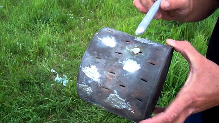 Универсальный сварочный карандаш используется для ремонта металлических поверхностей на природе в любое время года