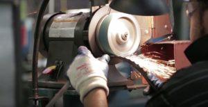 Зачистка сварного шва ленточной пилы осуществляется с помощью абразивного инструмента