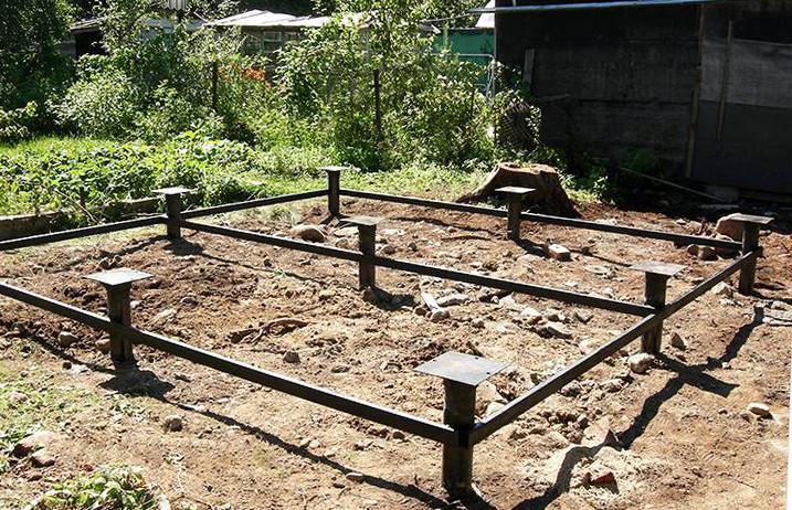 Для установки средних беседок выкапываются ямки, в которые устанавливаются и бетонируются стойки