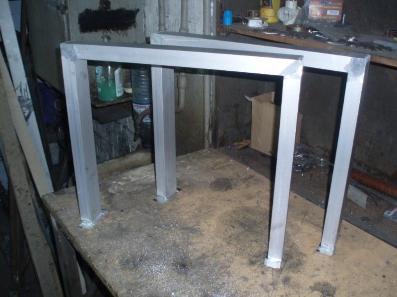 Если стол не предполагается часто перемещать, снизу ножек привариваются кусочки листовой стали квадратной формы, чтобы повысить устойчивость