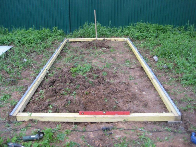 Фундамент нужен, чтобы теплицу не опрокинуло ветром и для защиты от проникновения грызунов и других вредителей