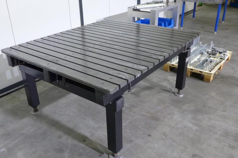 Получается поверхность стола с зазорами, которые используются для установки струбцин и держателей
