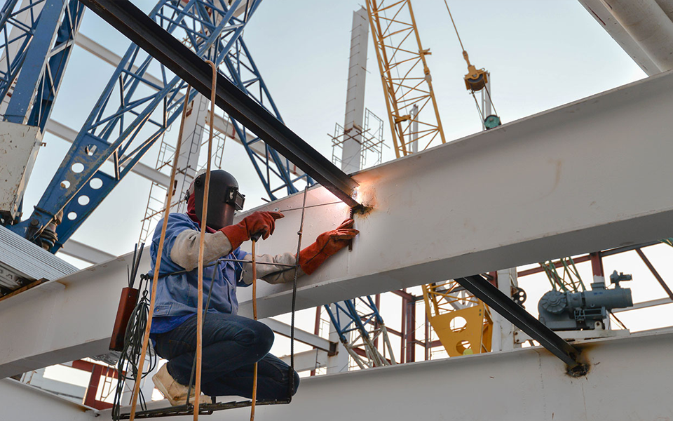В строительных компаниях сварщики часто выводятся за штат. Для работы подбираются субподрядчики