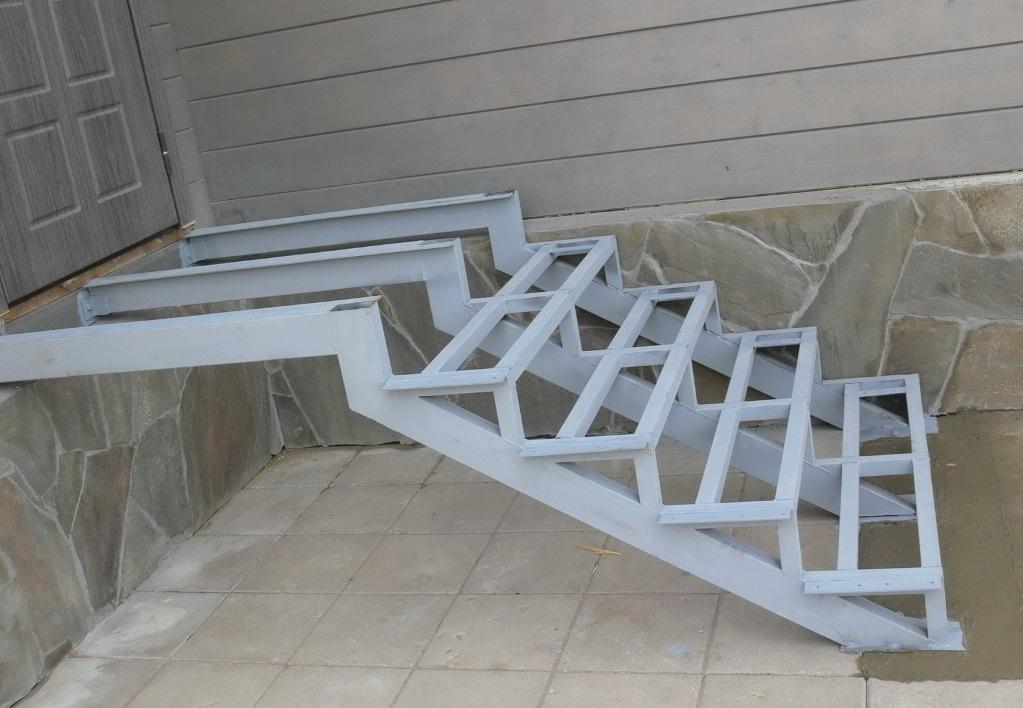 Лестница для крыльца собирается из двух швеллеров прикрепленных к раме площадки и фундаменту