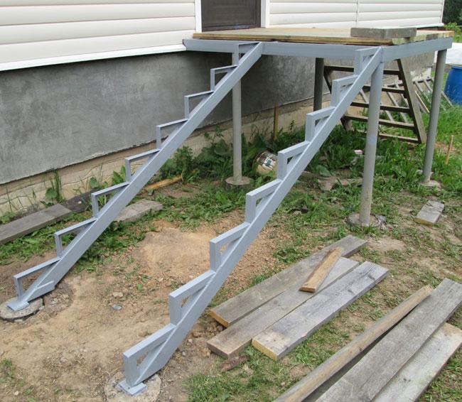 В качестве фундамента можно использовать бетонные блоки или вбить сваи