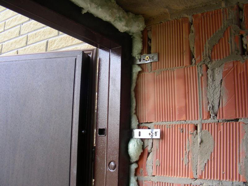 Зазоры между рамой и откосами забивают минеральной ватой и заливают монтажной пеной