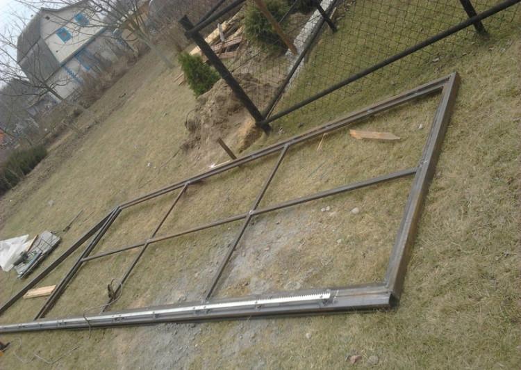 Чтобы конструкция не получилась в виде пропеллера, сварку откатных ворот нужно производить на ровной площадке