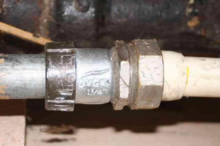 Соединение металлической и пластиковой трубы муфтой Гебо