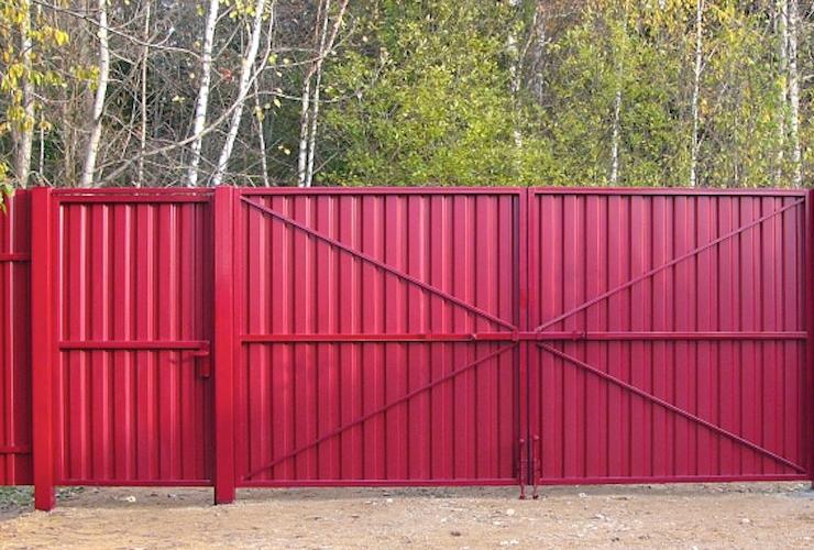 Перед обшивкой ворота необходимо защитить от коррозии, погрунтовать и покрасить