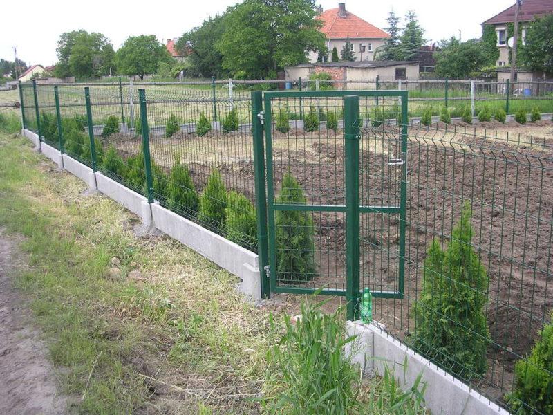 Забор из металлической сворной сетки недорог и прост в установке