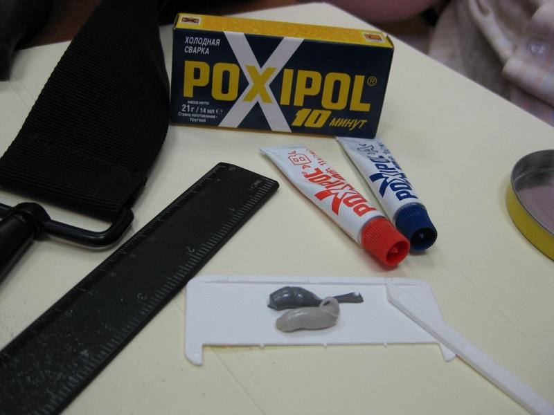 Холодная сварка Poxipol поставляется в двух тюбиках, которые перед применением смешиваются