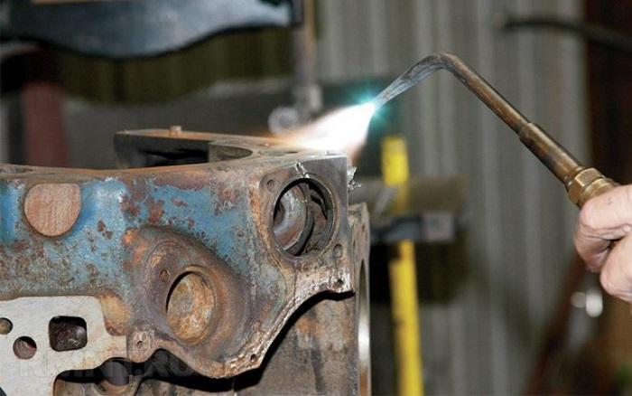 Для выполнения более качественного шва, перед сваркой желательно нагреть чугунные заготовки до +300-450°C